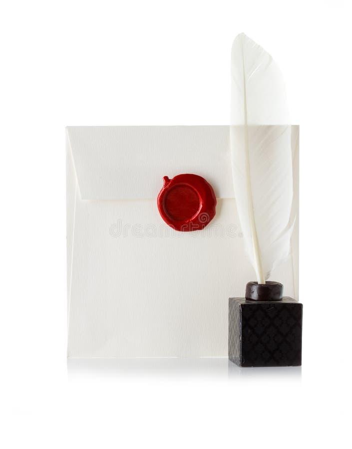邮寄信封或信密封与蜡封印邮票和翎毛钢笔 图库摄影