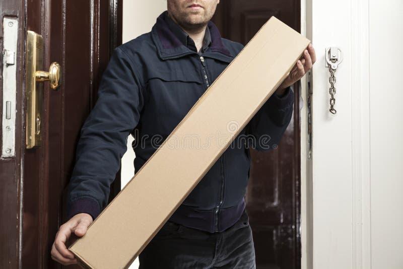 邮差带来小包 库存照片