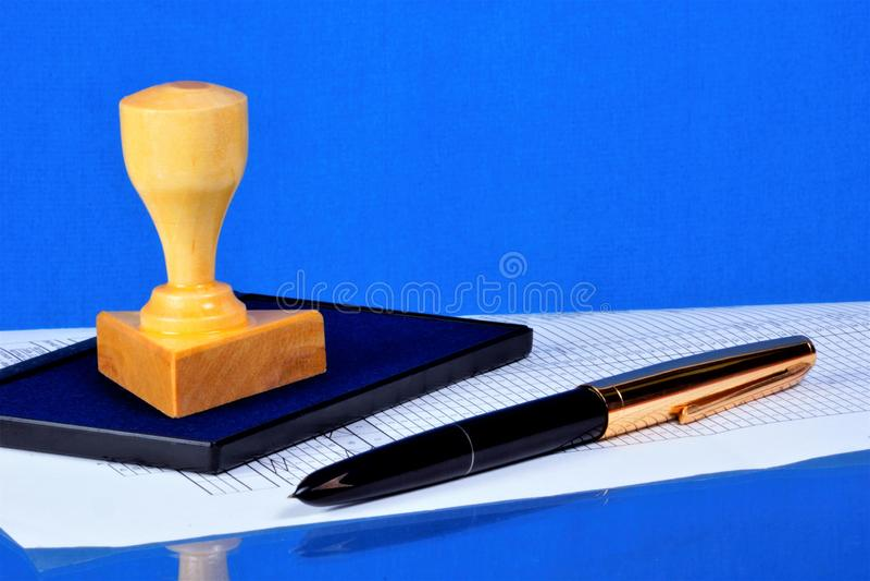 邮票和笔-文件的认证 邮票—得到的名字的同样图表印刷品安心设备  免版税图库摄影