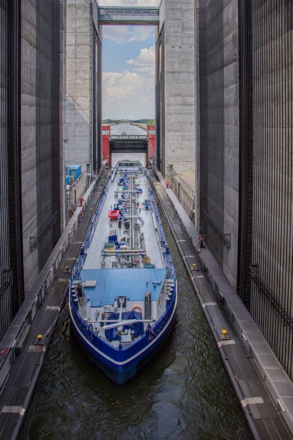 邮轮船进入一艘硕大船的卷扬机并且克服在高度的38米 库存图片