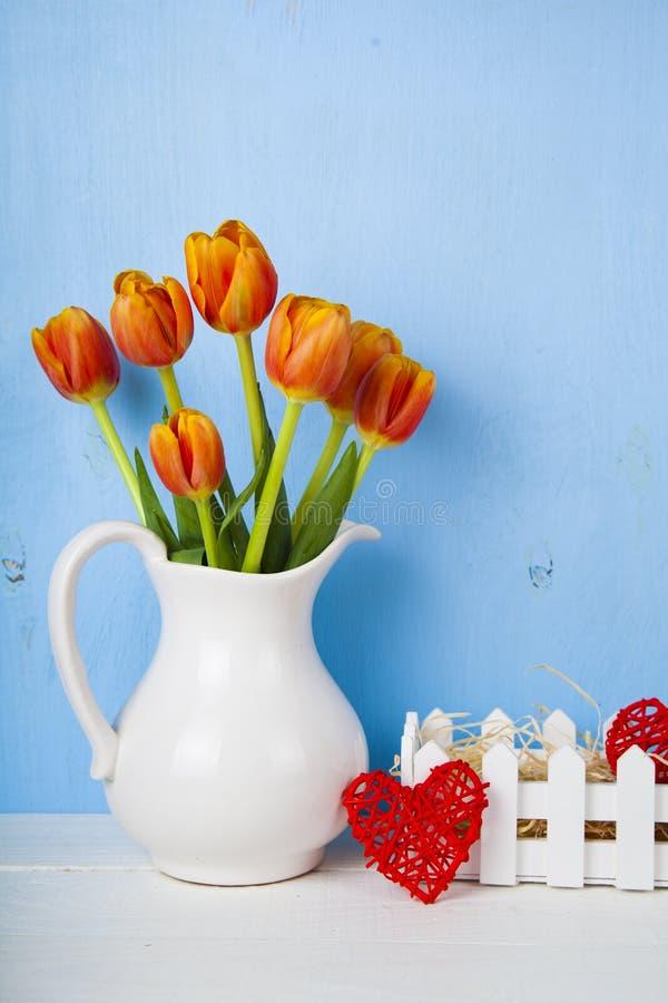 郁金香和心脏花束  图库摄影
