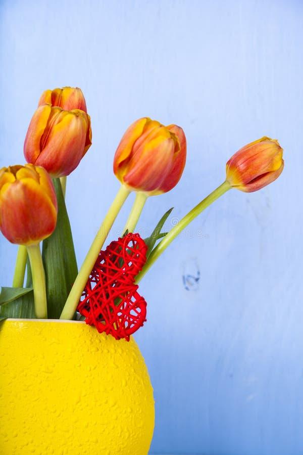 郁金香和心脏花束 库存照片