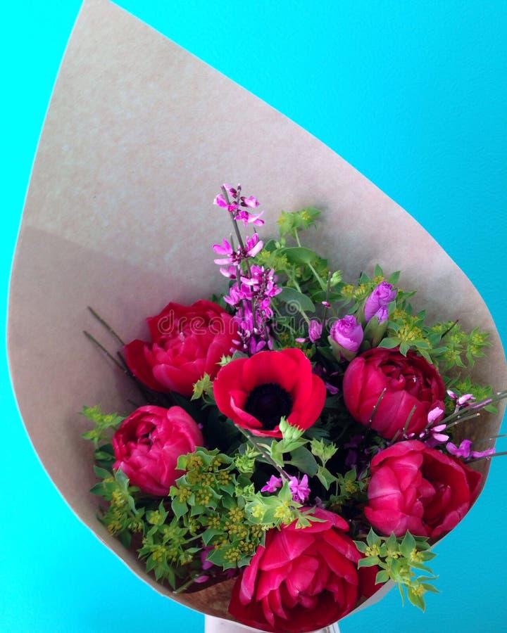 郁金香和银莲花属五颜六色的花束在牛皮纸 免版税库存图片