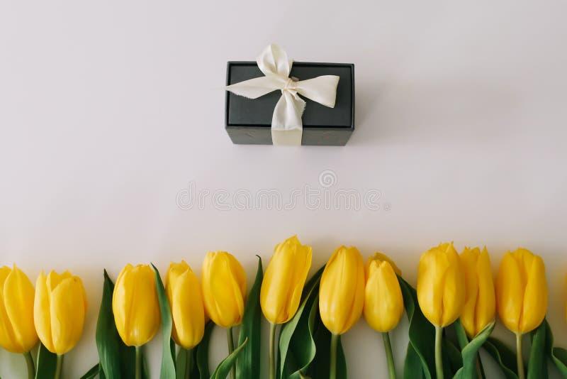 郁金香礼物盒和花束在白色背景的   r 库存照片