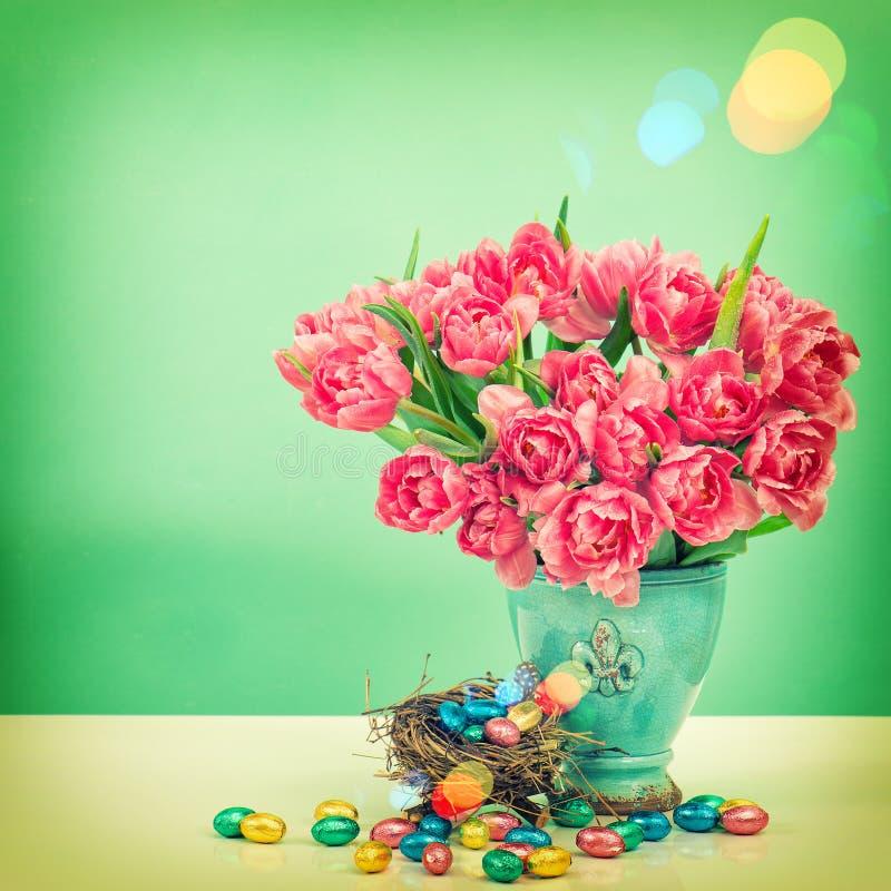 郁金香花和巧克力复活节彩蛋 葡萄酒样式定了调子pic 免版税库存照片