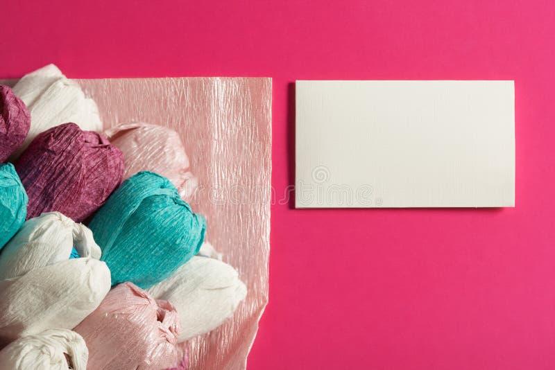 郁金香花束从纸和信封在轻轻地桃红色背景,拷贝空间的 祝贺在母亲` s天, St 免版税库存照片