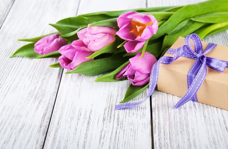 郁金香花束和礼物盒 免版税图库摄影