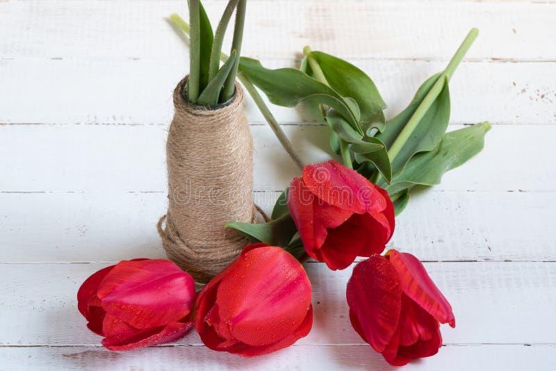 郁金香花束在一张木桌上的 免版税库存图片