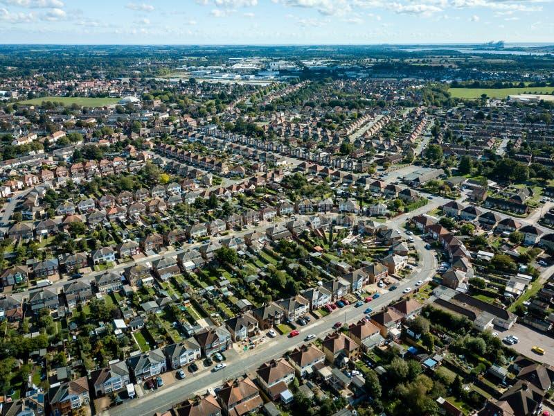 郊区房子垂直的全景鸟瞰图在伊普斯维奇,英国 奥威尔河在背景中 好晴天 库存图片