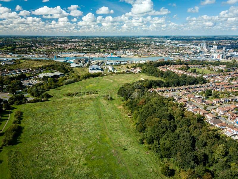 郊区房子鸟瞰图在伊普斯维奇,英国 河奥威尔和小游艇船坞在背景中 库存照片