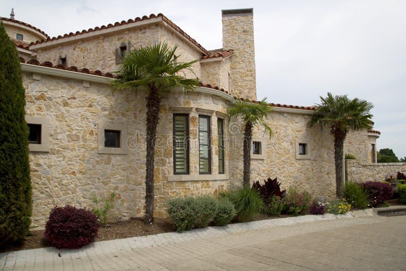 郊区的一个好的岩石房子 库存照片