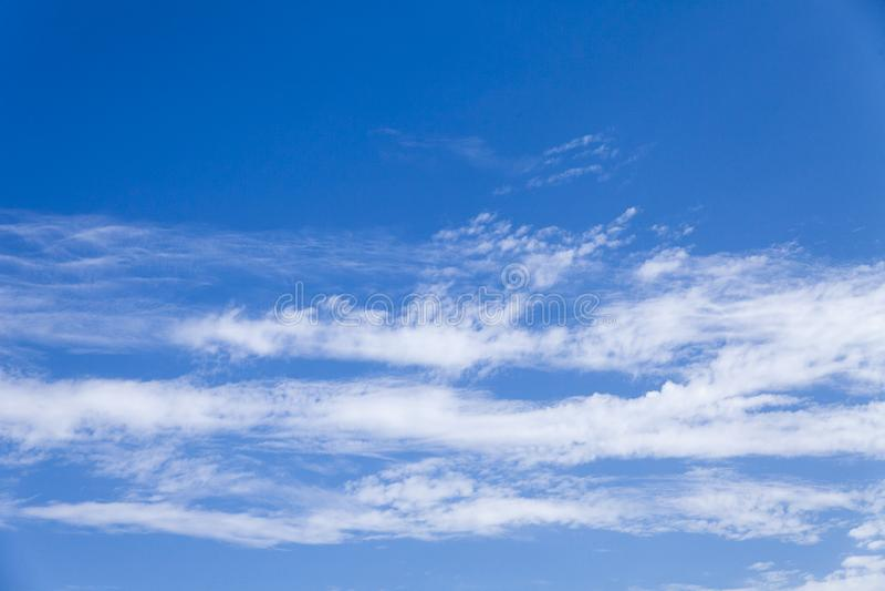 郑州有好空气质量和美丽的蓝天和白色云彩在城市 免版税库存图片