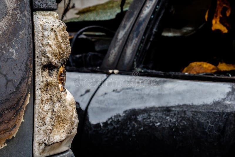 部分地烧在汽车、熔化玻璃或者塑料的尾巴光下 免版税库存图片