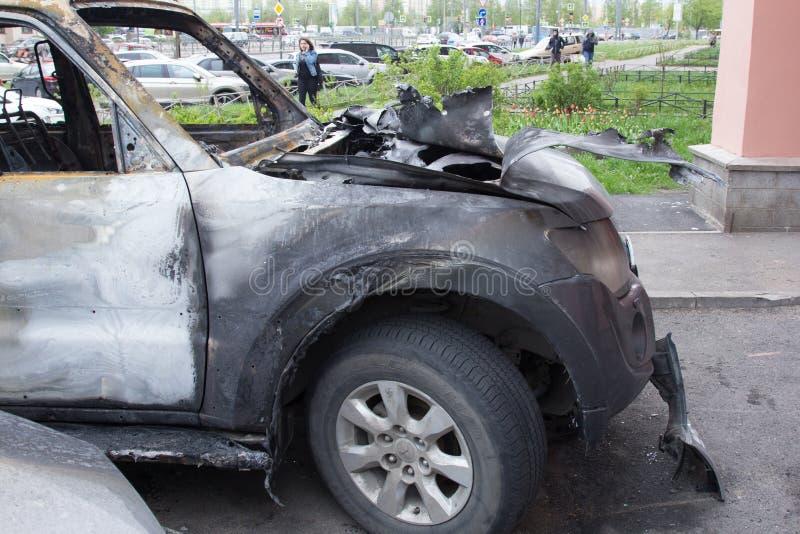 部分地烧在身体的汽车在火以后,部分门被烧的把柄和破裂的玻璃,图片下不从 库存图片