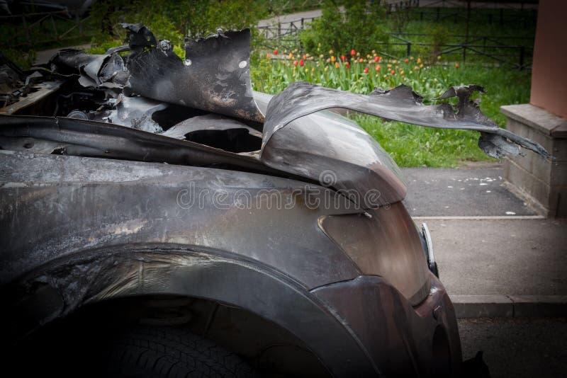 部分地烧在身体的汽车在火以后,部分门被烧的把柄和破裂的玻璃,图片下不从 免版税图库摄影