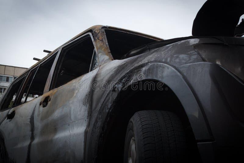 部分地烧在身体的汽车在火以后,部分门被烧的把柄和破裂的玻璃,图片下不从 图库摄影