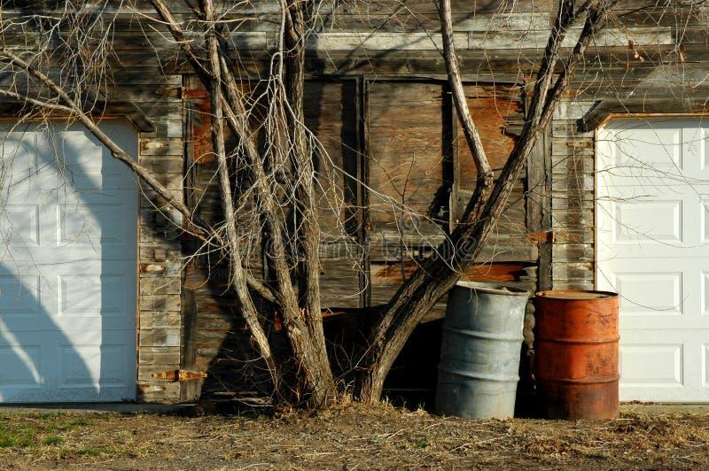 部分地被更新的车库 库存照片
