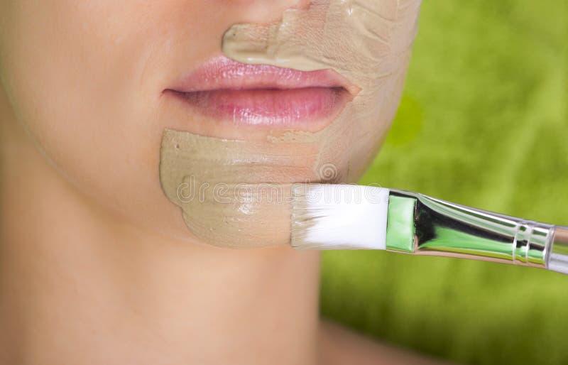 部分女性面孔绿色面具 妇女松弛温泉美容院 免版税库存照片