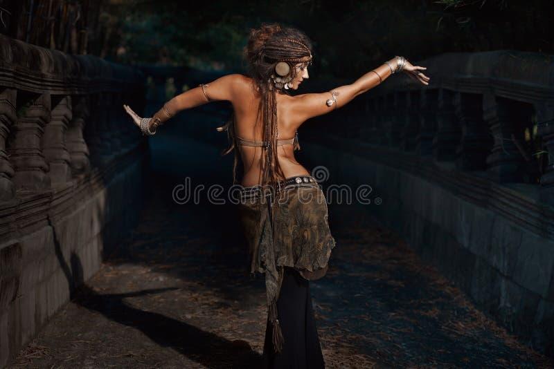部族的舞蹈演员 跳舞部族融合outd的年轻可爱的妇女 免版税库存照片