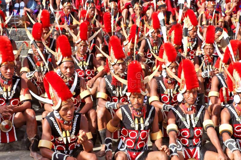 部族艺术家和旁观者犀鸟节日地点的  库存照片