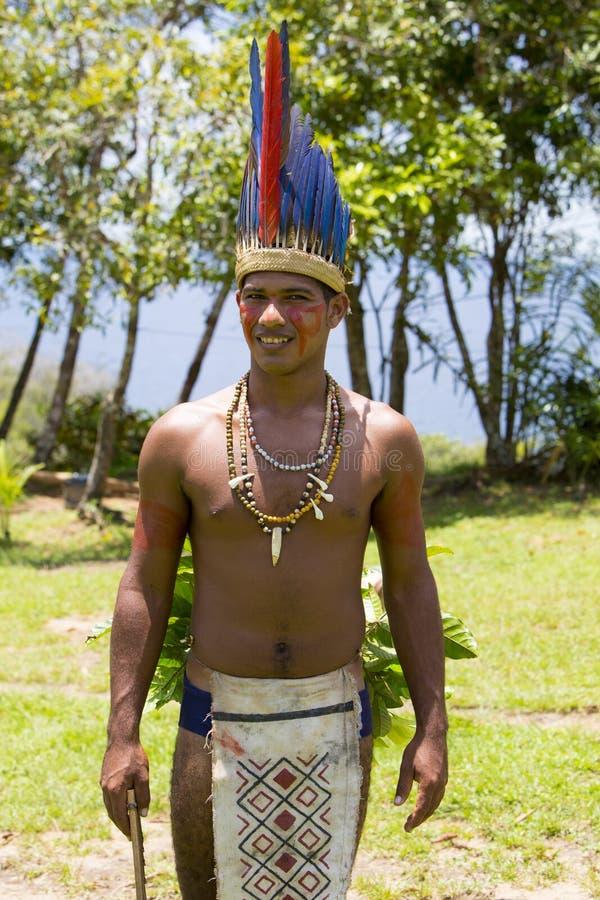从部落的英俊的巴西印地安人在亚马逊,巴西 免版税库存照片