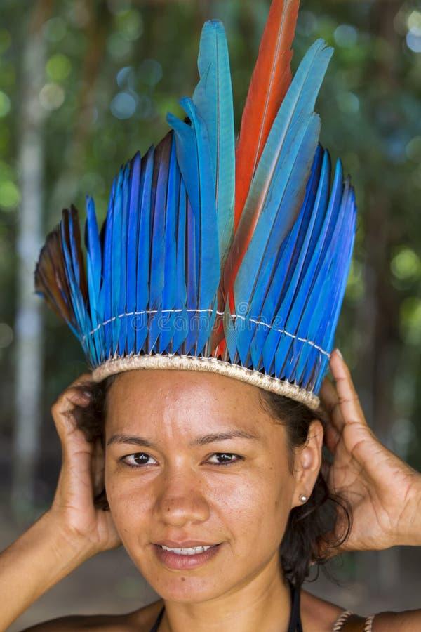 从部落的逗人喜爱的巴西印地安妇女在亚马逊,巴西 图库摄影