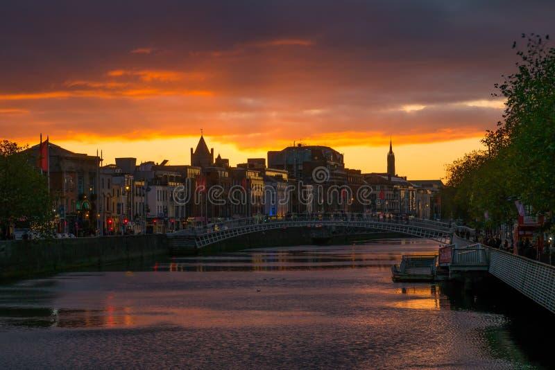 都伯林,在利菲河的爱尔兰日落都市风景  免版税图库摄影
