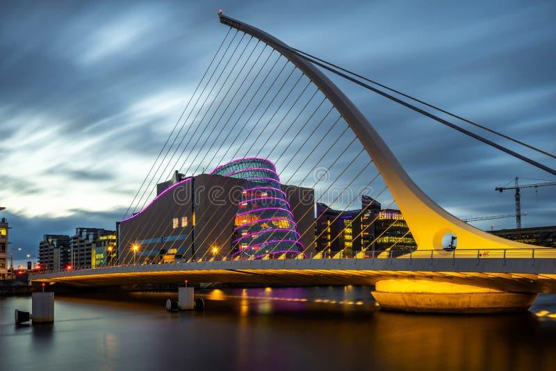 都伯林,爱尔兰-在黄昏的塞缪尔・贝克特桥梁 免版税图库摄影