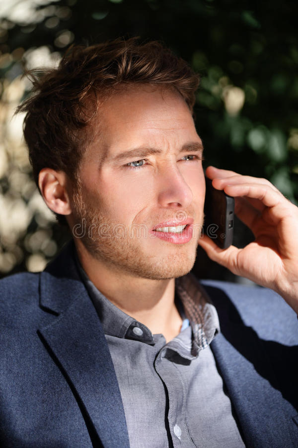 年轻都市专业人谈话在智能手机 免版税库存照片