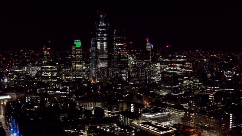 都市伦敦市鸟瞰图在晚上 免版税库存图片