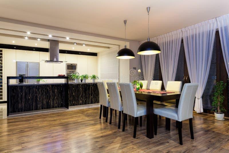 都市公寓-有桌的宽敞厨房 图库摄影