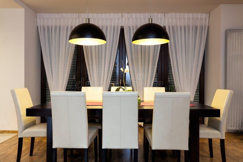 都市公寓-表在餐厅 免版税图库摄影