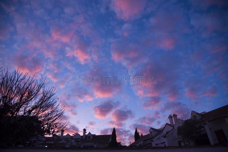 都市剪影和天空与卷积云在黄昏 免版税库存图片