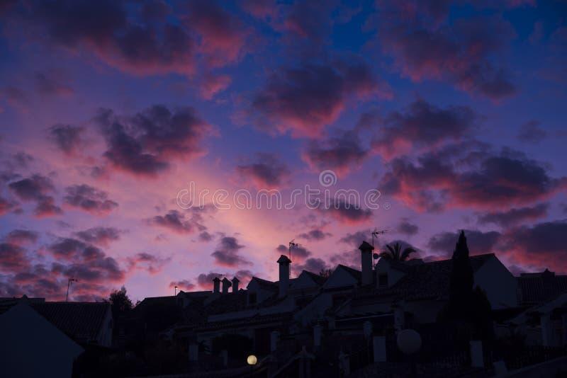 都市剪影和天空与卷积云在黄昏 库存照片