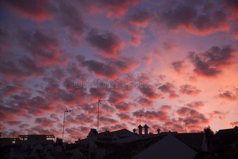 都市剪影和天空与卷积云 免版税图库摄影