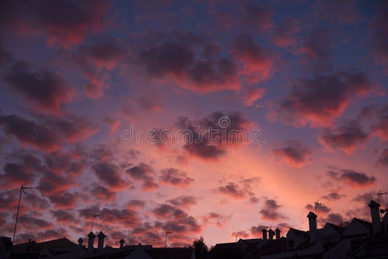 都市剪影和天空与卷积云 免版税库存图片