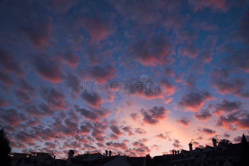 都市剪影和天空与卷积云 库存图片