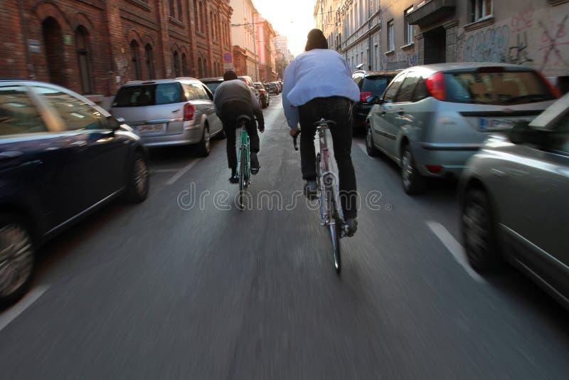 都市城市生活方式-两骑自行车者 免版税图库摄影