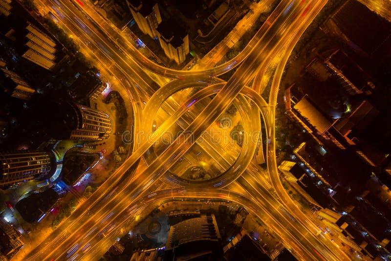 高速公路连接点鸟瞰图与环形交通枢纽的 桥梁路塑造在建筑学和运输结构的圈子  库存图片