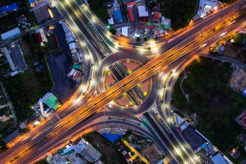 都市城市,曼谷在晚上,泰国高速公路连接点顶视图鸟瞰图  库存照片