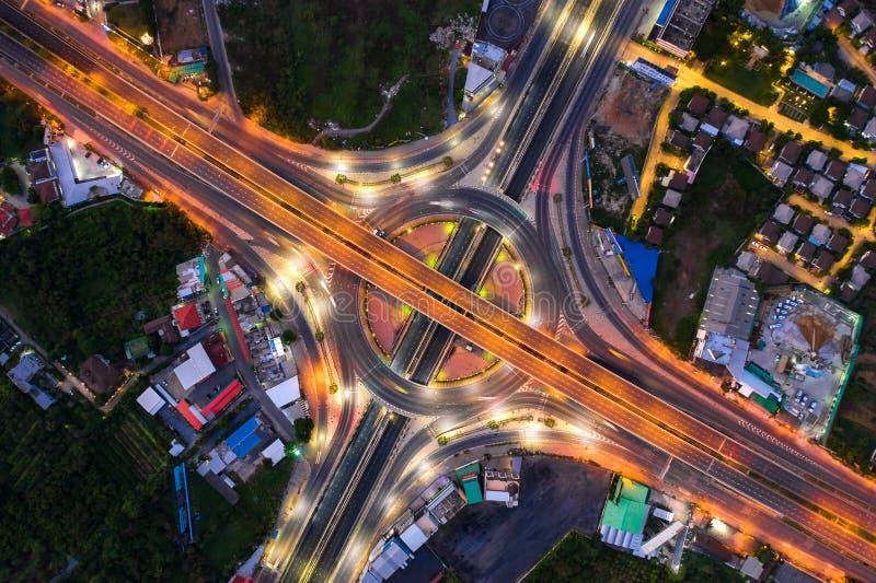 都市城市,曼谷在晚上,泰国高速公路连接点顶视图鸟瞰图  免版税库存照片