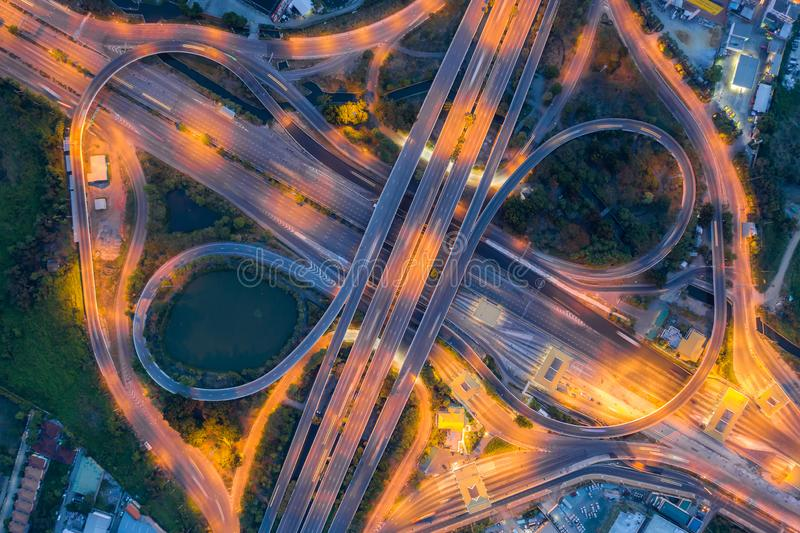 都市城市,曼谷在晚上,泰国高速公路连接点顶视图鸟瞰图  免版税库存图片