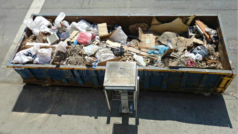 都市大型垃圾桶 免版税库存照片