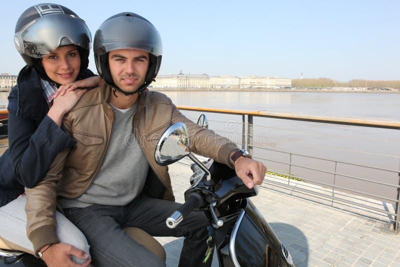 都市夫妇的滑行车 免版税库存图片