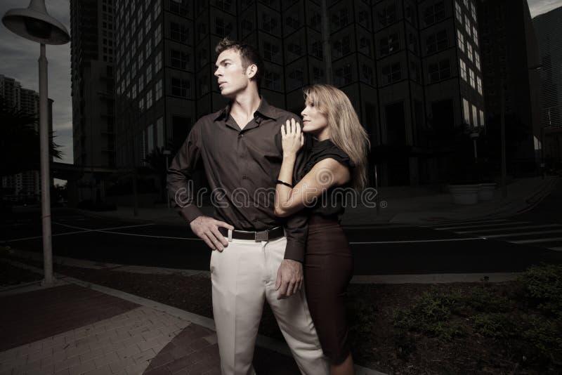 都市夫妇黑暗的设置 免版税图库摄影