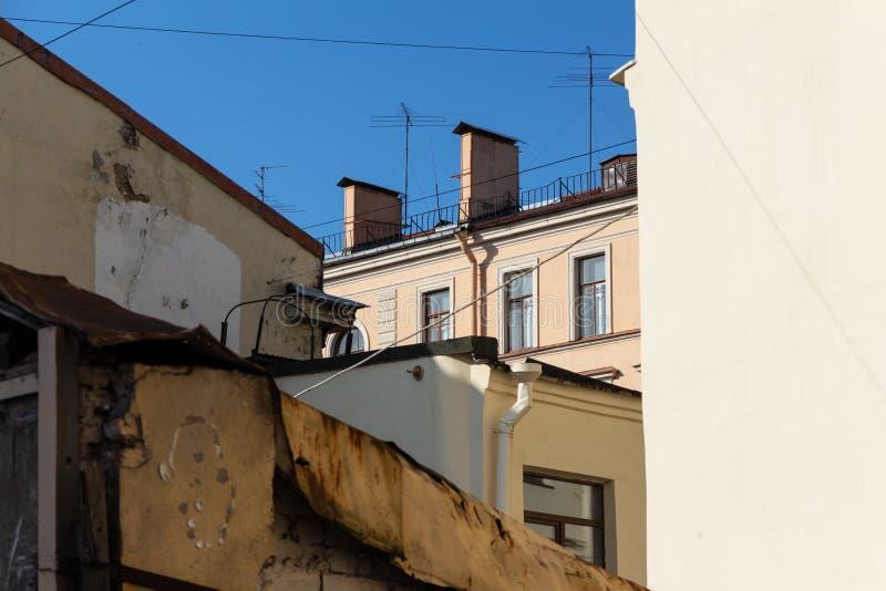 都市居民住房屋顶和墙壁  下面老门面的看法 E 图库摄影
