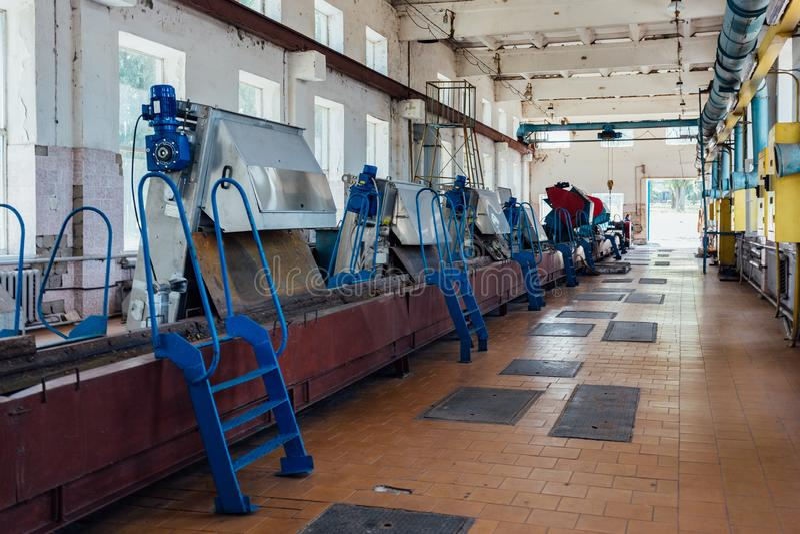 都市废水处理植物 污水滤清的机械从坚实杂质 免版税库存照片