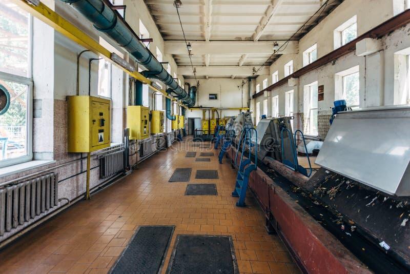 都市废水处理植物 污水滤清的机械从坚实杂质 库存照片
