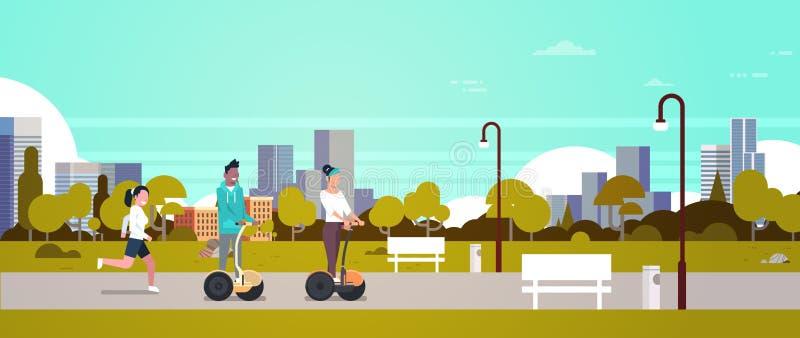 都市户外公园活动供以人员妇女骑马gyroscooter连续自然城市大厦街灯都市风景 皇族释放例证