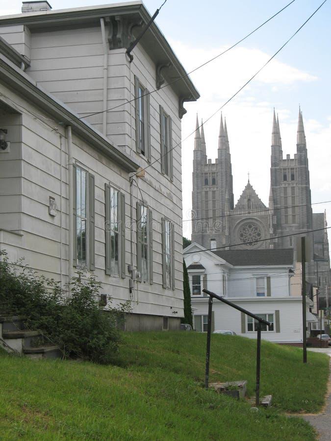 都市教会和家 免版税库存照片